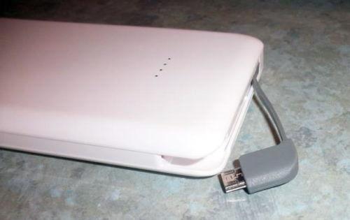 zusätzliches Micro-USB-Kabel an der Intenso Powerbank S10000
