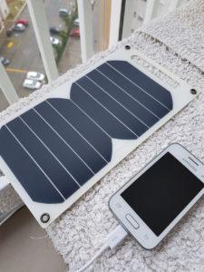 Solar Panel lädt Handy bzw. Smartphone