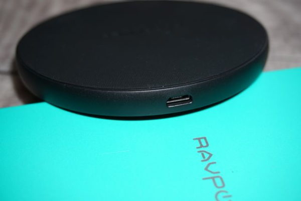seitlicher Micro-USB-Anschluss am RAVPower Qi-Ladegerät RP-PC083