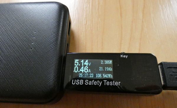 Smartphone laden mit der AUKEY USB-C Powerbank